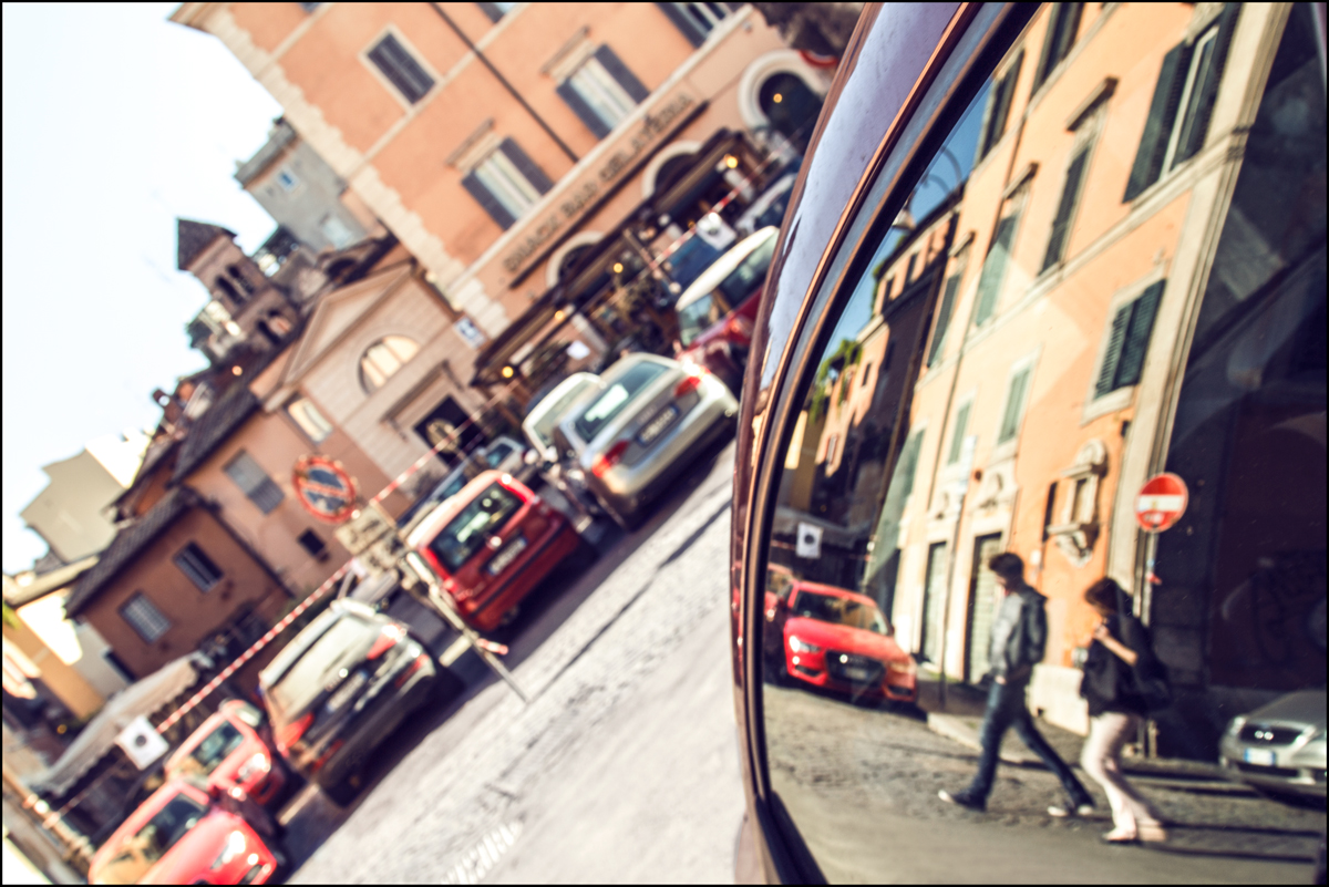 foto realizzata dal lunotto di un automobile a Trastevere