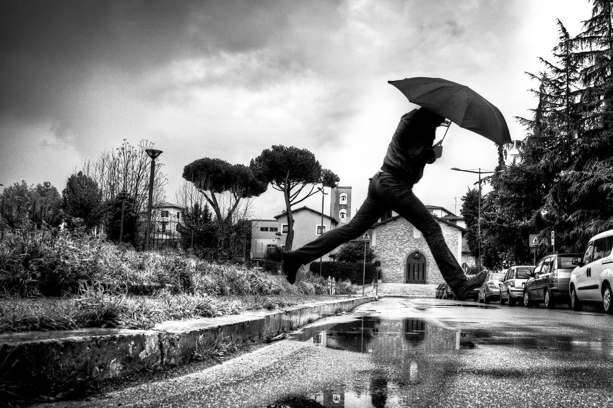foto di roma ombrello pioggia bianco e nero