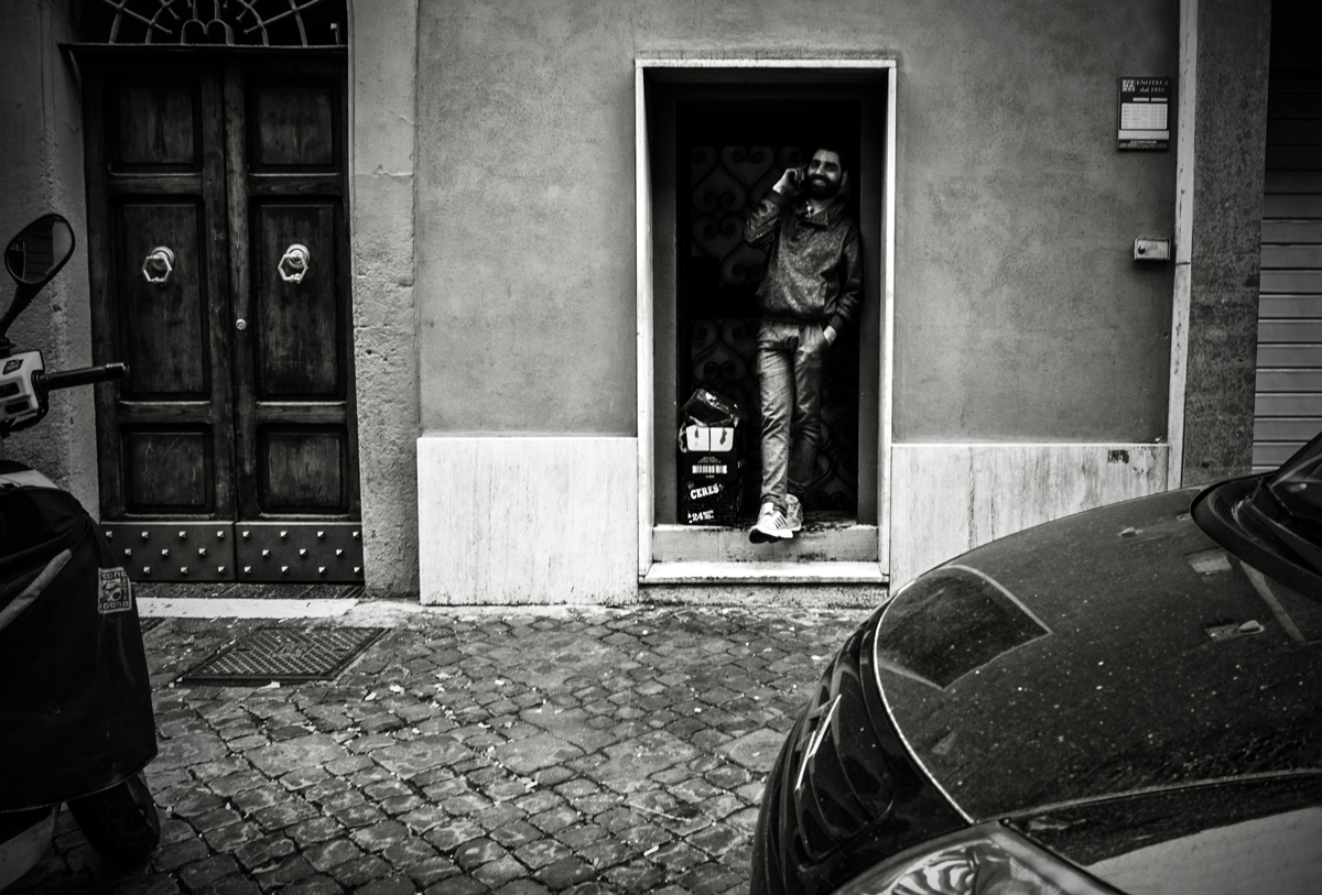 Call into the hole - Trastevere - © Roma Street Photography