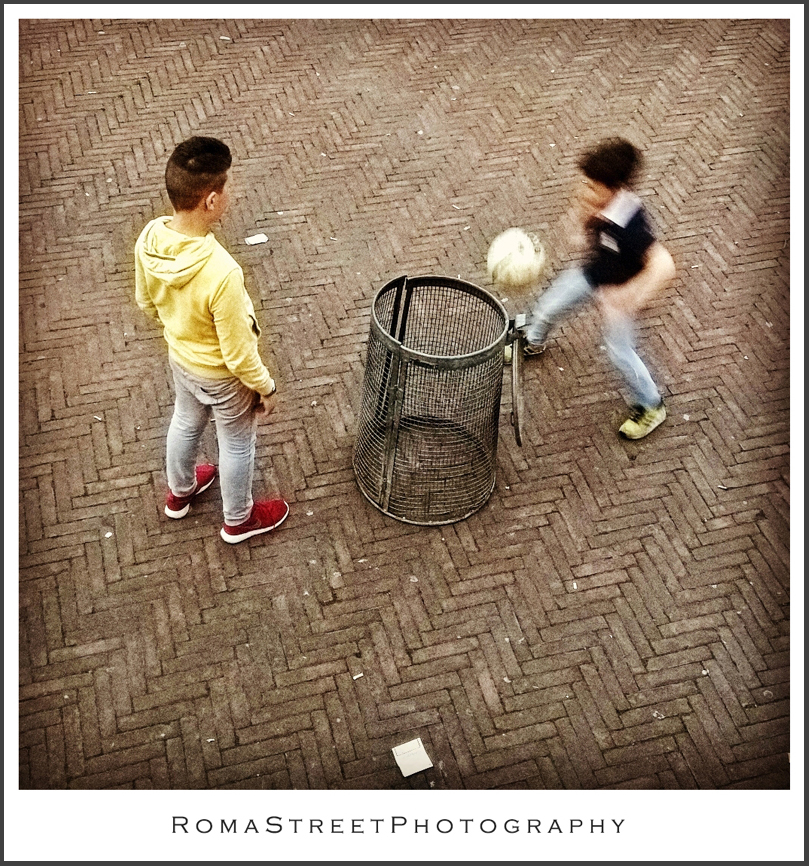 Due ragazzi ed un pallone - Giochi di strada - Roma Street Photography