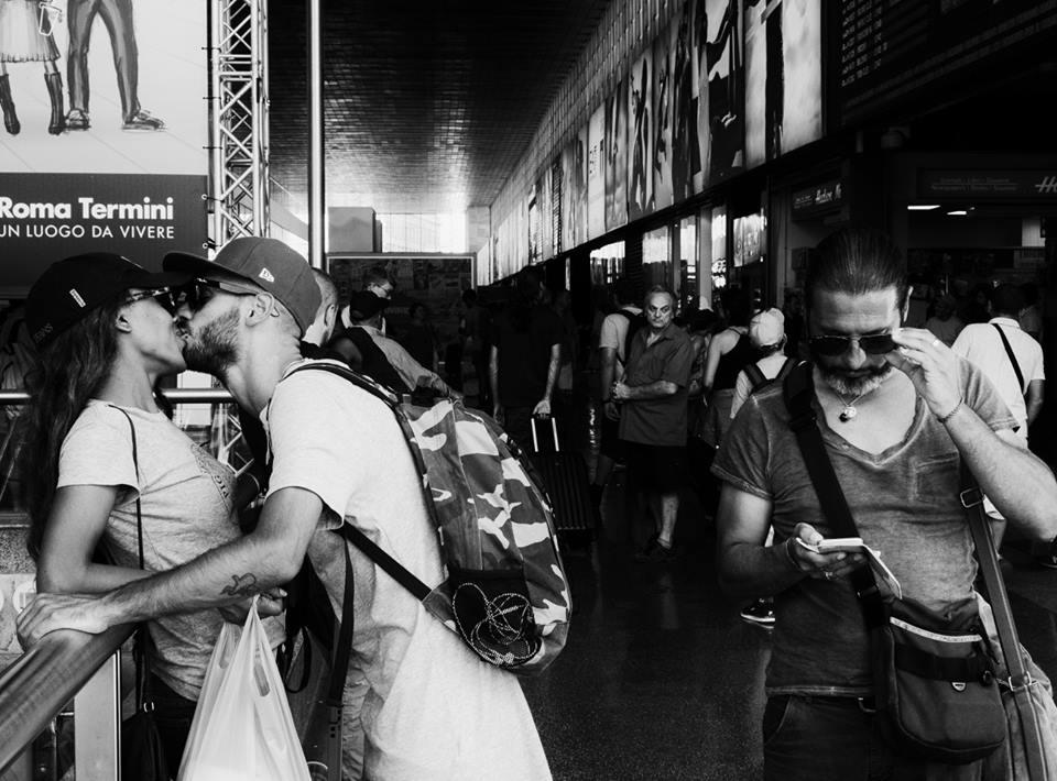 Un bacio prima di partire - Pic by © Giuseppe Ardica - Roma Street Photography